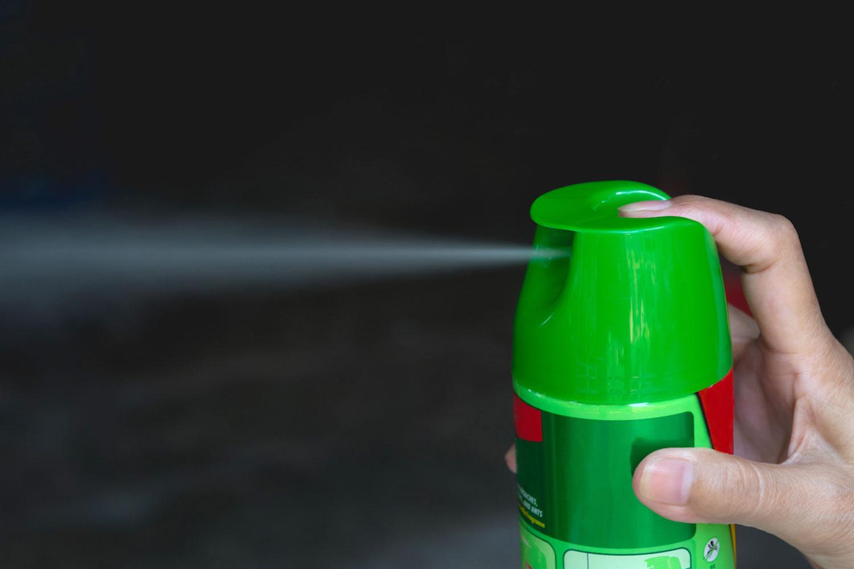 ジェット噴射タイプの殺虫剤を使ったスズメバチ駆除方法
